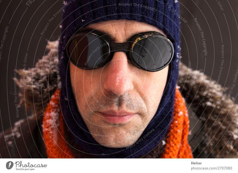 Ein Abenteurer im Winter mit altmodischer Sonnenbrille Stil Ferien & Urlaub & Reisen Abenteuer Expedition Schnee Wintersport Mann Erwachsene 1 Mensch