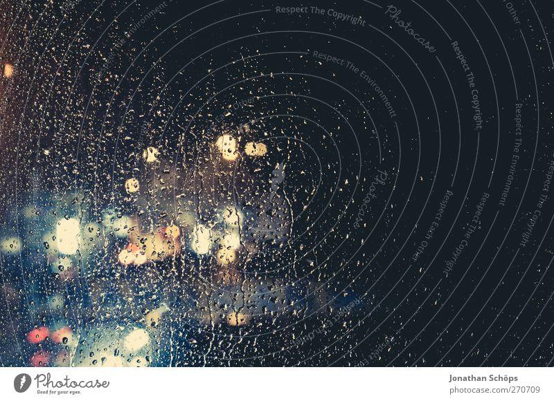 Regen trommelt an mein Fenster III Klima schlechtes Wetter Unwetter Sturm Verkehr ästhetisch Sorge Trauer Einsamkeit Traurigkeit Stadt Unschärfe Regenwasser