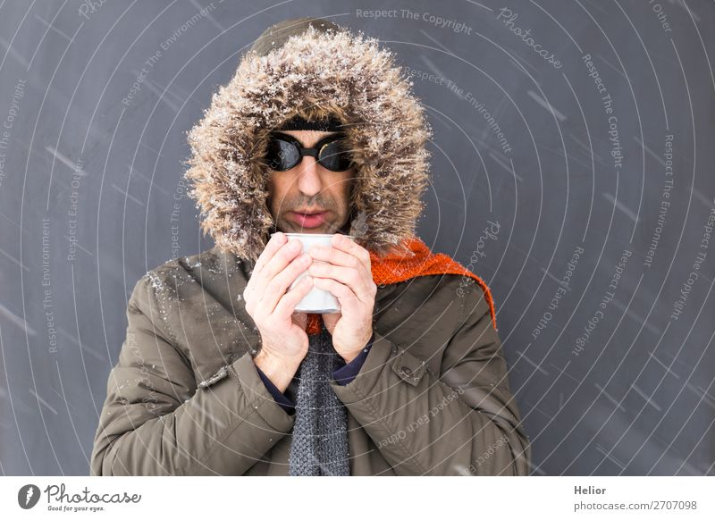 Frierender Abenteurer im Winter trinkt aus einem Metallbecher Ferien & Urlaub & Reisen Abenteuer Expedition Schnee Sport Wintersport Mann Erwachsene 1 Mensch