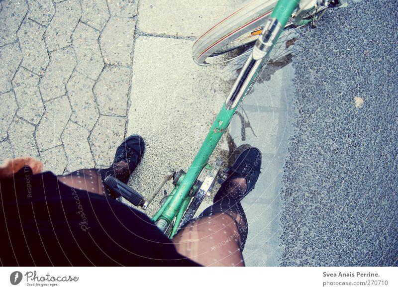 auf den weg zu dir. Mensch Jugendliche Erwachsene Straße feminin Beine Mode Fuß Junge Frau Schuhe Fahrrad 18-30 Jahre stehen retro Kleid Asphalt