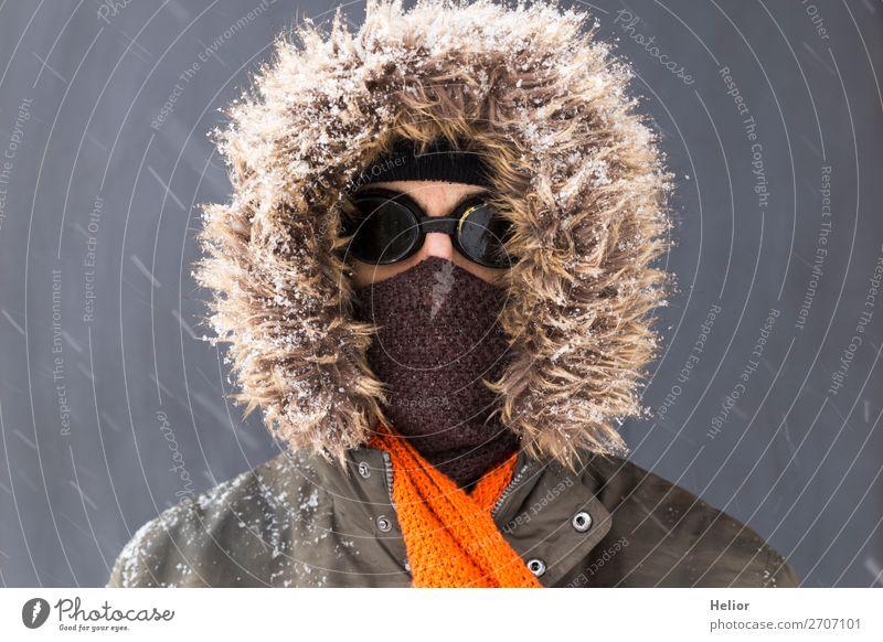 Ein Abenteurer im Winter mit altmodischer Sonnenbrille Stil Abenteuer Expedition Schnee Wintersport Mann Erwachsene 1 Mensch 30-45 Jahre Eis Frost Jacke Schal