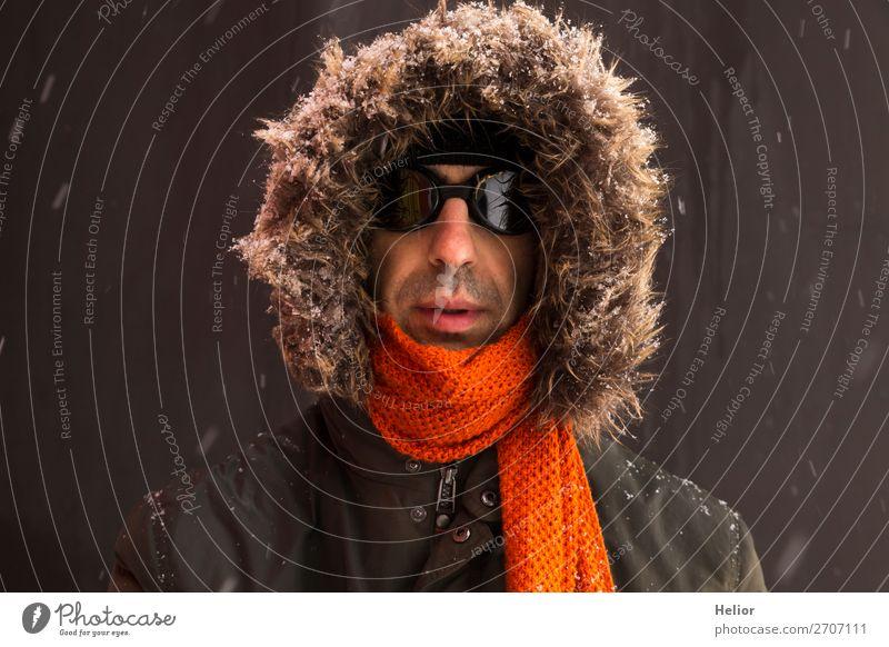 Ein Abenteurer im Winter mit altmodischer Sonnenbrille Ferien & Urlaub & Reisen Abenteuer Expedition Schnee Sport Wintersport Mann Erwachsene 1 Mensch