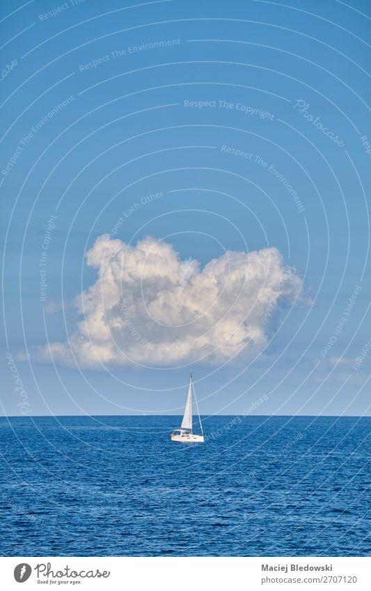Einsame Yacht am Horizont. Lifestyle Ferien & Urlaub & Reisen Tourismus Ausflug Abenteuer Ferne Freiheit Kreuzfahrt Sommer Sommerurlaub Meer Segeln Natur