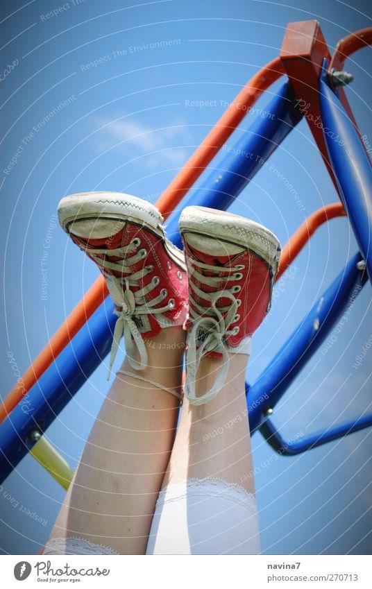 verkehrte Welt Mensch feminin Kind Mädchen Kindheit Fuß 1 8-13 Jahre Schuhe hängen Spielen blau rot Ferien & Urlaub & Reisen Schuhbänder Farbfoto mehrfarbig