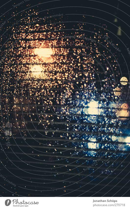 Regen trommelt an mein Fenster IV Einsamkeit ruhig dunkel Gefühle Traurigkeit träumen Verkehr ästhetisch Wassertropfen Stadtleben Trauer Straßenbeleuchtung