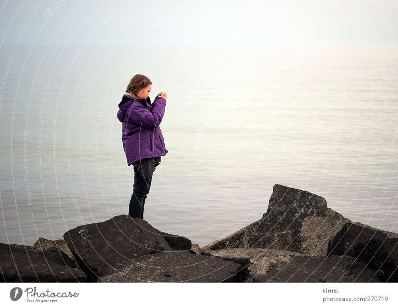 Hiddensee | Nachwuchsförderung Mensch feminin Mädchen Kindheit Körper 1 8-13 Jahre Natur Wasser Wellen Küste Ostsee Hose Jacke Stein beobachten stehen entdecken