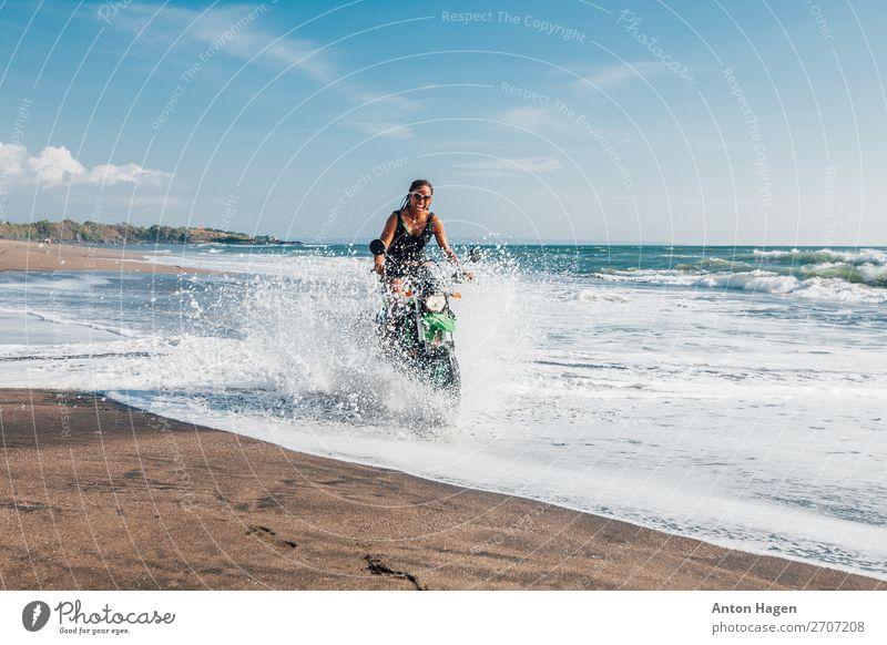 Junge afroamerikanische Frau, die Enduro-Motorrad fährt. Lifestyle Ferien & Urlaub & Reisen Ausflug Abenteuer Ferne Freiheit Strand Meer Wellen Sport Motorsport