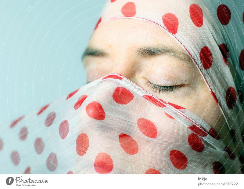 sunny II Mensch Frau rot Erwachsene Gesicht Erholung Leben Gefühle Stimmung Punkt genießen Sonnenbad Tuch Frauengesicht verpackt gepunktet