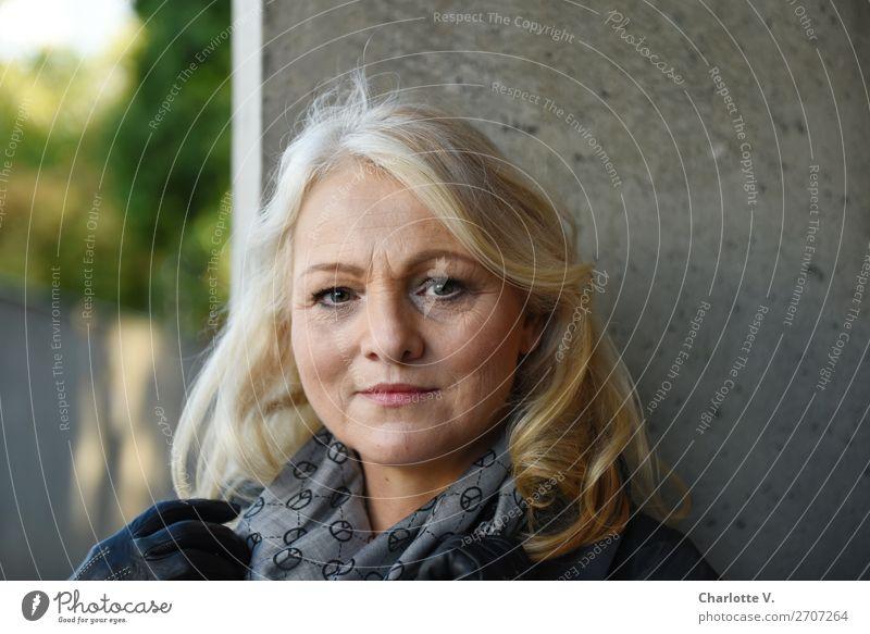 Lebenserfahrung Mensch feminin Frau Erwachsene Weiblicher Senior 1 45-60 Jahre Mauer Wand blond langhaarig Beton beobachten Lächeln authentisch schön grau grün