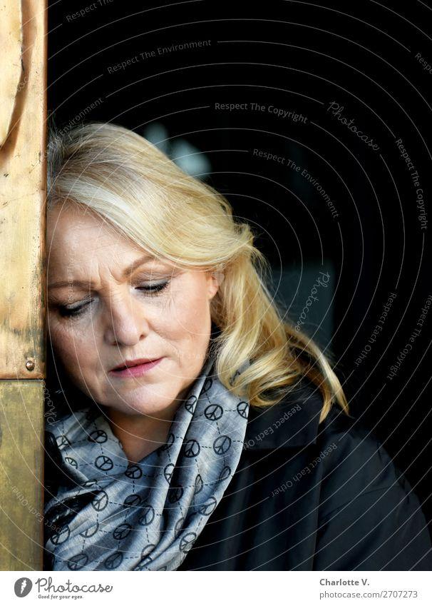Trauer Mensch feminin Frau Erwachsene Weiblicher Senior 1 45-60 Jahre blond langhaarig Metall Denken träumen Traurigkeit dunkel gold grau schwarz Sorge