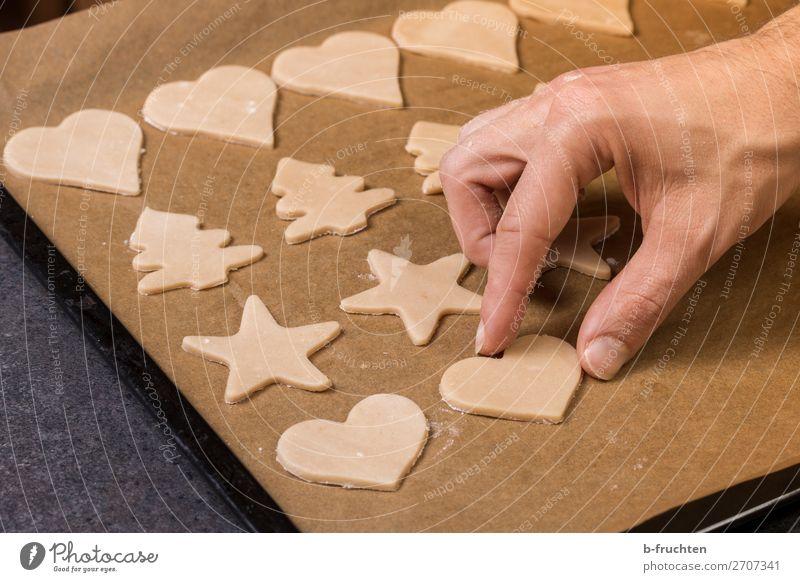 Kekse backen Lebensmittel Teigwaren Backwaren Süßwaren Küche Weihnachten & Advent Koch Gastronomie Hand Finger Herz Arbeit & Erwerbstätigkeit wählen berühren