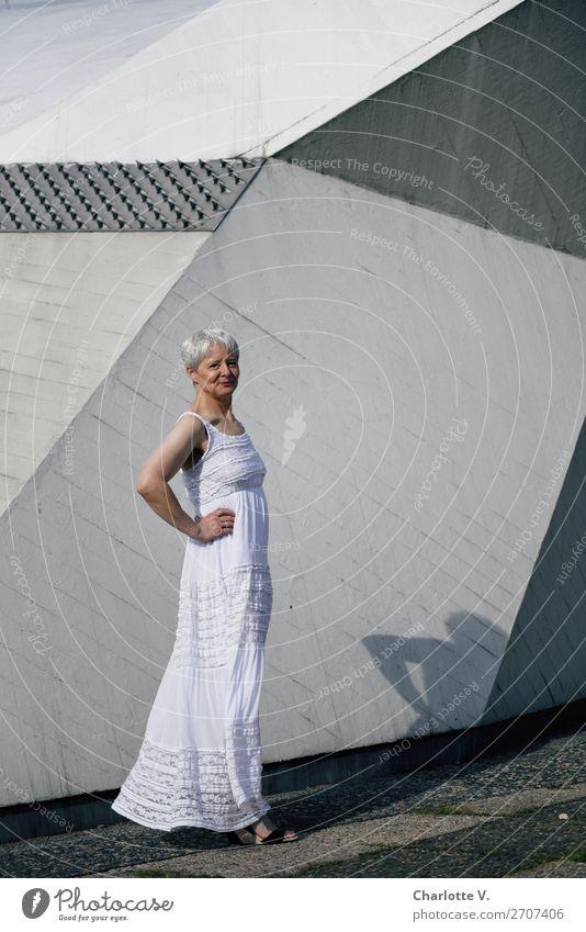 Welche | Alterserscheinungen? elegant Stil feminin Erwachsene Senior 1 Mensch 45-60 Jahre Mauer Wand Fassade Kleid Sommerkleid grauhaarig kurzhaarig Beton