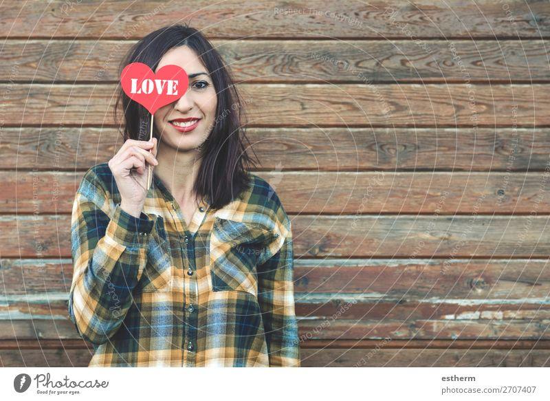 Liebe, junge Frau mit einem Herzen, das ihm die Augen bedeckt. Lifestyle Stil Freude schön Gesicht Ferien & Urlaub & Reisen Sommer Feste & Feiern Valentinstag