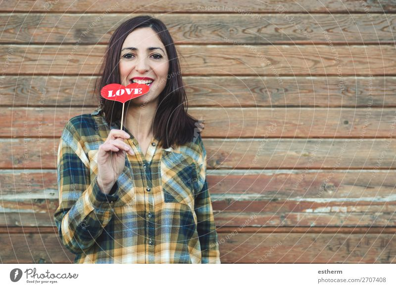 Liebe, junge Frau, die einen Lutscher in seinem Mund hält. Lifestyle Stil Freude schön Gesicht Feste & Feiern Valentinstag Mensch feminin Junge Frau Jugendliche