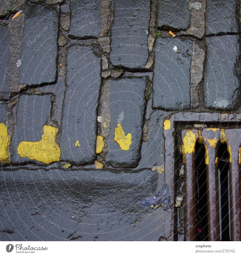 """Blick in den Abgrund Straße """"Gully Pflasterstein Markierung Steine Bordstein"""" alt dunkel trashig gelb Naß Rost Farbfoto Außenaufnahme Nahaufnahme"""