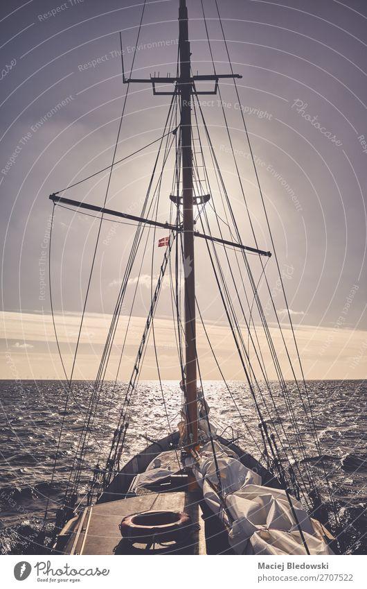 Alter Schoner segelt bei Sonnenuntergang. Lifestyle Ferien & Urlaub & Reisen Ausflug Abenteuer Ferne Freiheit Kreuzfahrt Meer Wellen Segeln Himmel Horizont Wind