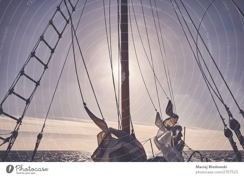 Mast eines alten Schoners, der bei Sonnenuntergang segelt. Lifestyle Ferien & Urlaub & Reisen Abenteuer Freiheit Kreuzfahrt Meer Segeln Seil Himmel Horizont