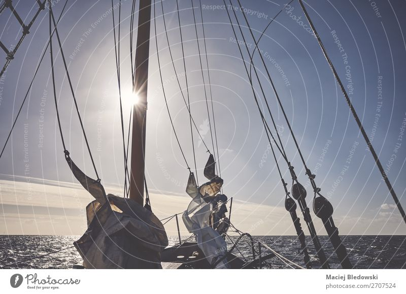 Mast eines alten Schoners, der bei Sonnenuntergang segelt. Lifestyle Ferien & Urlaub & Reisen Abenteuer Ferne Freiheit Kreuzfahrt Meer Segeln Himmel Horizont