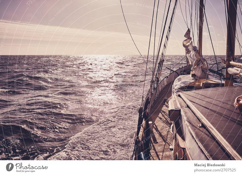 Alter Schoner segelt bei Sonnenuntergang. Lifestyle Ferien & Urlaub & Reisen Abenteuer Freiheit Kreuzfahrt Sommerurlaub Meer Wellen Segeln Himmel Horizont Wind