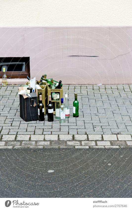 Der Rest vom Fest Stadt Wand Feste & Feiern Mauer Zusammensein grau rosa Glas genießen leer trinken Gastronomie Wein Dorf Müll Jahrmarkt