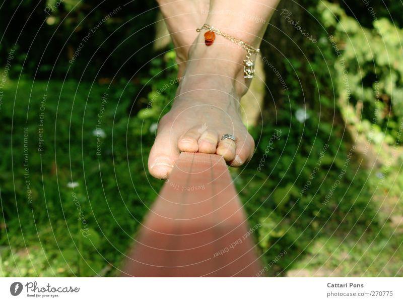 ganz schön auf der Leitung stehen... Sommer feminin Sport Fuß gehen Freizeit & Hobby authentisch berühren sportlich Schmuck Gleichgewicht Barfuß Accessoire