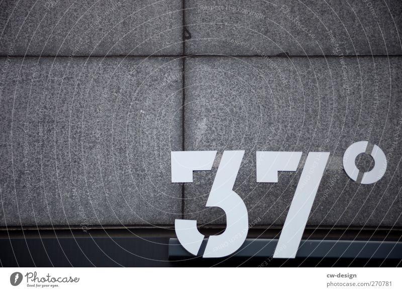 36° und es wird noch heißer weiß dunkel Wand Architektur grau Mauer Gebäude Fassade Schilder & Markierungen Design Schriftzeichen Hinweisschild Ziffern & Zahlen
