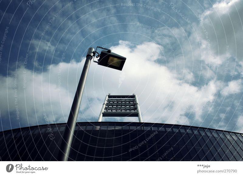 krieger des lichts. Bremen leuchten Stadion Weserstadion Straßenbeleuchtung Laternenpfahl Flutlicht Wolken Wolkenhimmel Tribüne modern Moderne Architektur