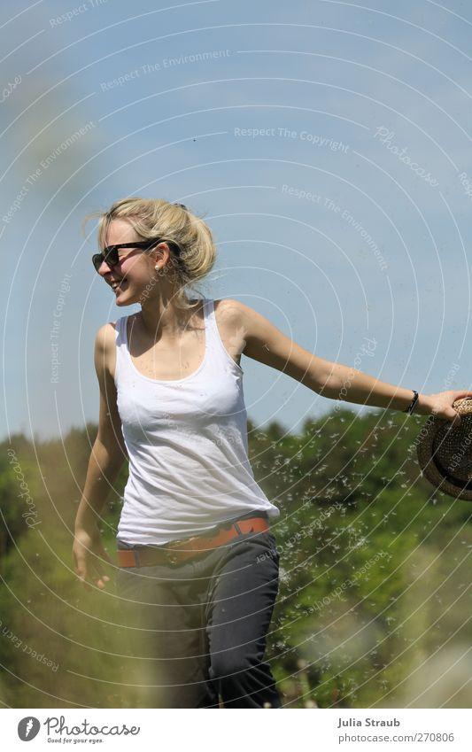 Live your Life feminin Junge Frau Jugendliche Körper 1 Mensch 18-30 Jahre Erwachsene Himmel Blume Löwenzahn Sonnenbrille Bewegung drehen genießen schön grün