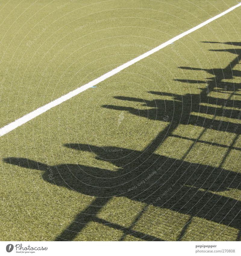 Schattenspiel Mensch grün Wiese Sport Spielen Gras Menschengruppe Linie Körper Freizeit & Hobby Fußball stehen Streifen Publikum Sportveranstaltung Fan