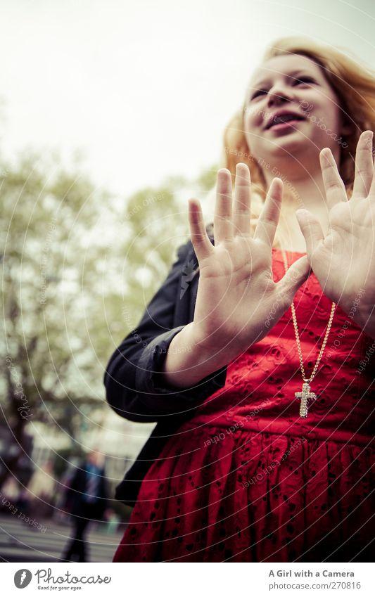 big day Mensch Jugendliche Hand rot Erwachsene feminin Leben lachen Glück Junge Frau blond frisch Fröhlichkeit 13-18 Jahre Kleid Freundlichkeit