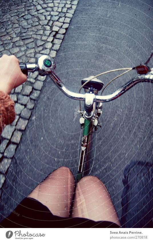 16:24 Lifestyle feminin Junge Frau Jugendliche Arme Hand Beine Mensch 13-18 Jahre 18-30 Jahre Erwachsene Straße Asphalt Kopfsteinpflaster Fahrrad Fahrradfahren