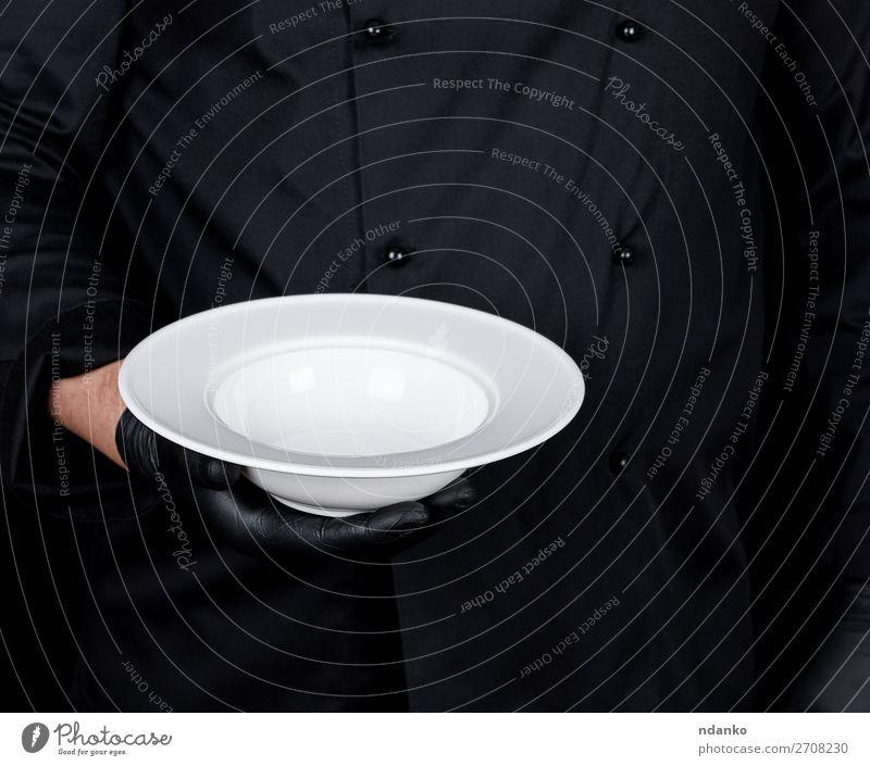 runde leere weiße Platte Suppe Eintopf Teller Küche Restaurant Beruf Mensch Mann Erwachsene Hand Handschuhe dunkel schwarz Kaukasier Küchenchef Koch