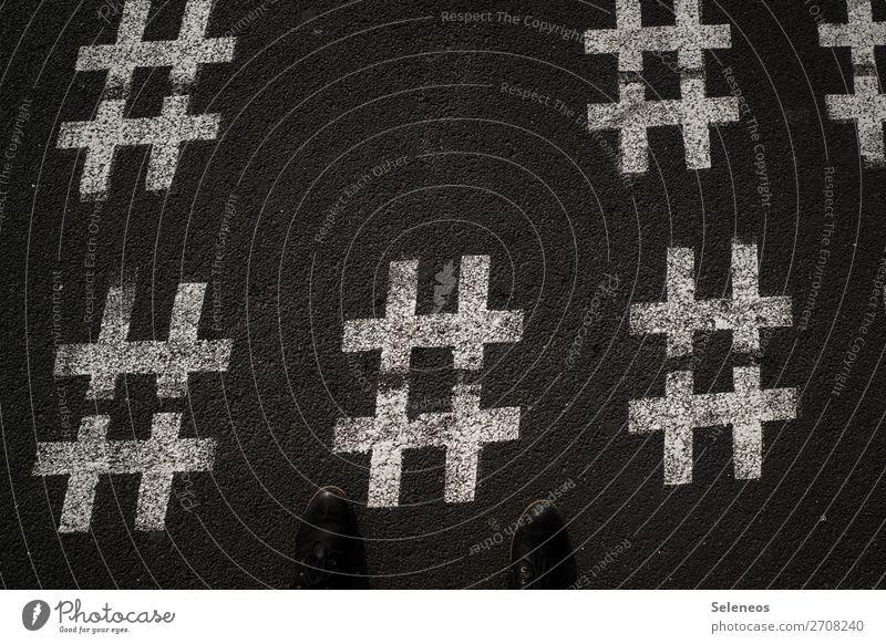 Hashtag Fuß Straße Zeichen Schriftzeichen Schilder & Markierungen Hinweisschild Warnschild Linie stehen Farbfoto Außenaufnahme Textfreiraum oben