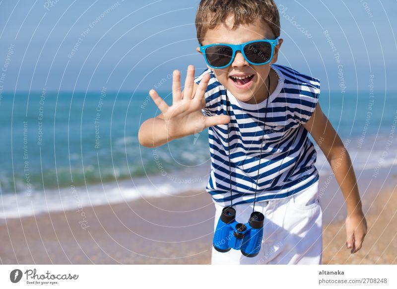 Ein glücklicher kleiner Junge, der tagsüber am Strand spielt. Lifestyle Freude Glück schön Erholung Freizeit & Hobby Spielen Ferien & Urlaub & Reisen Ausflug