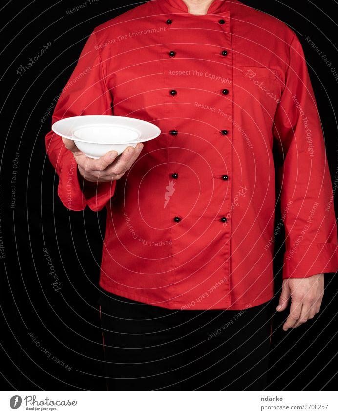 Chefkoch in roter Uniform Suppe Eintopf Mittagessen Abendessen Teller Küche Restaurant Beruf Koch Mensch Mann Erwachsene Hand stehen tragen dunkel Sauberkeit