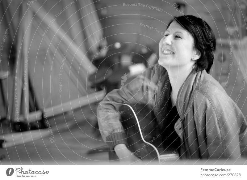 Rock'n'Roll, Baby! Mensch Frau Jugendliche Erwachsene feminin Kopf Musik Junge Frau sitzen 18-30 Jahre Lächeln Leidenschaft Lebensfreude Band brünett Gitarre