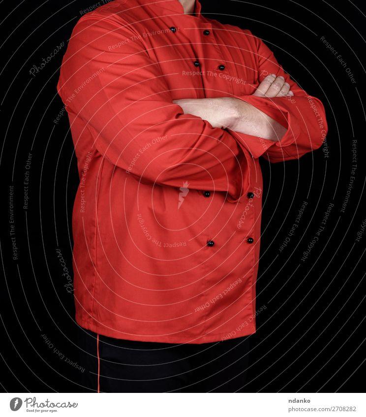 Chefkoch in roter Uniform und schwarzer Hose Küche Restaurant Arbeit & Erwerbstätigkeit Beruf Mensch Mann Erwachsene Hand 1 30-45 Jahre Bekleidung Hemd Anzug