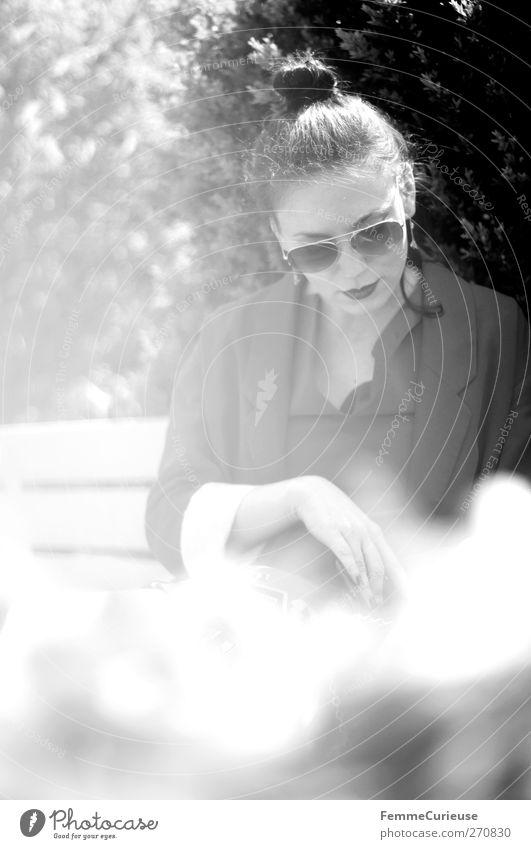 Fashionista II. Mensch Frau Jugendliche Ferien & Urlaub & Reisen schön Sonne Sommer Erwachsene Erholung feminin Stil Mode Park Junge Frau sitzen elegant