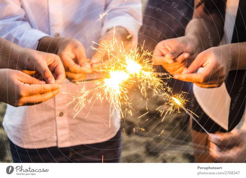 Wunderschöne Wunderkerzen in Menschenhand, Weihnachten und Neujahrskonzept. Freude Glück Winter Dekoration & Verzierung Feste & Feiern Weihnachten & Advent
