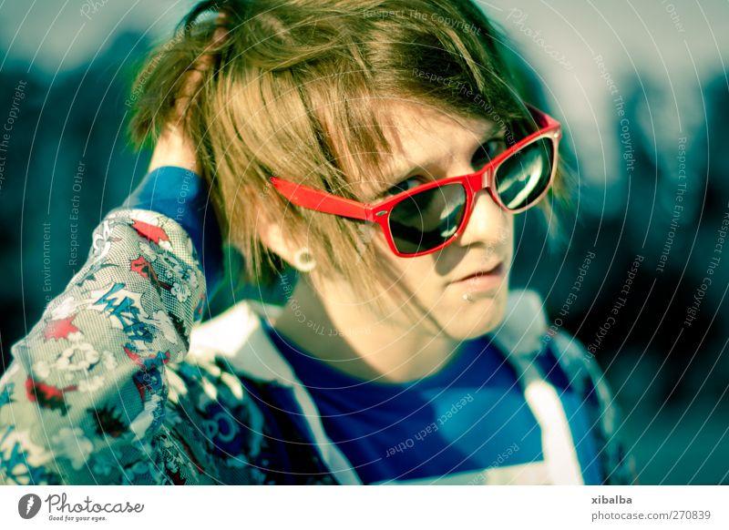 Sunny Lifestyle Stil Junger Mann Jugendliche 1 Mensch 18-30 Jahre Erwachsene Sonnenbrille Coolness heiß trendy einzigartig verrückt wild blau rot türkis Blitz