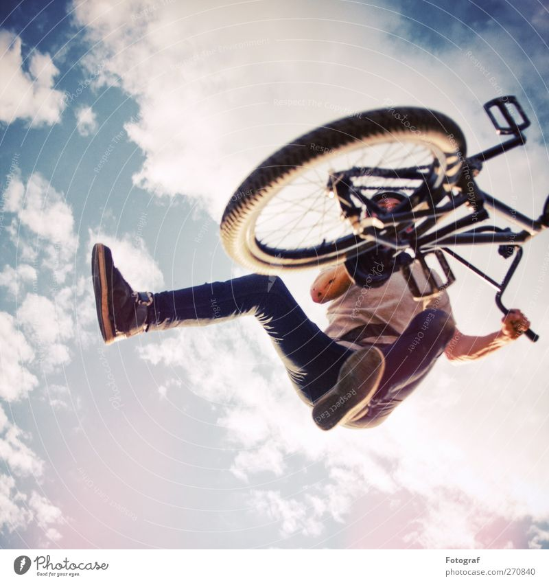 BMX Tailwhip Mensch Himmel Jugendliche blau Wolken Erwachsene Sport springen Fahrrad Junger Mann 18-30 Jahre Coolness T-Shirt einzeln Jeanshose sportlich