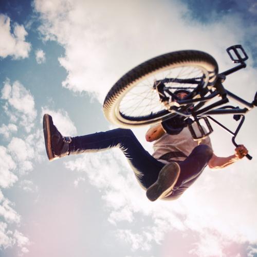 BMX Tailwhip Sport Fahrradfahren Mensch Junger Mann Jugendliche 1 18-30 Jahre Erwachsene Jugendkultur Himmel Wolken T-Shirt Jeanshose Turnschuh springen trendy