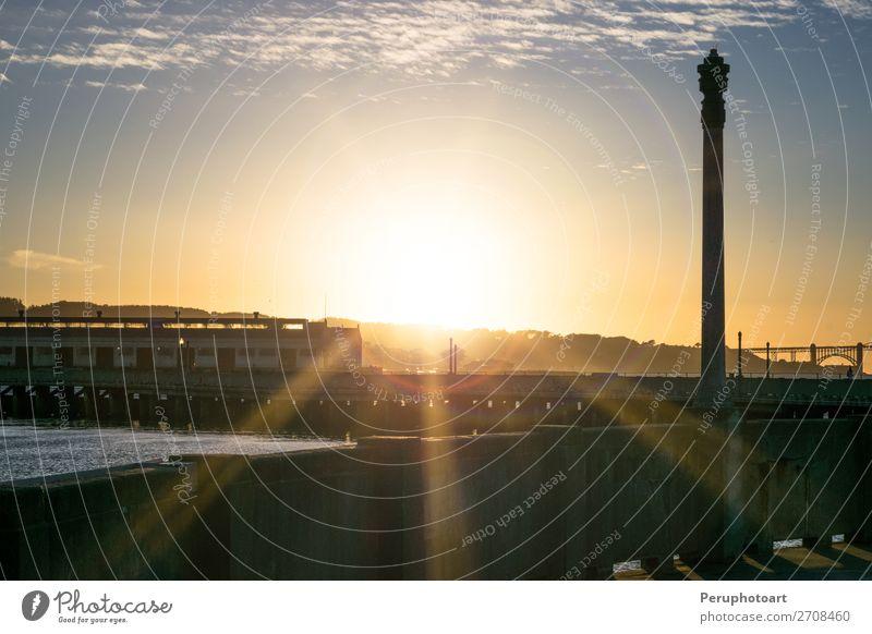 Brillanter goldener Glanz hinterleuchtet die Skyline von San Francisco. Ferien & Urlaub & Reisen Tourismus Sonne Segeln Landschaft Küste Hochhaus Brücke Gebäude