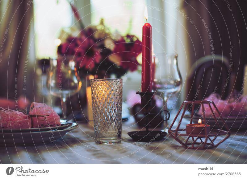 abendlicher romantischer Tisch für zwei Personen mit Kerzen Mittagessen Abendessen Festessen Teller Besteck elegant Sommer Haus Garten Dekoration & Verzierung