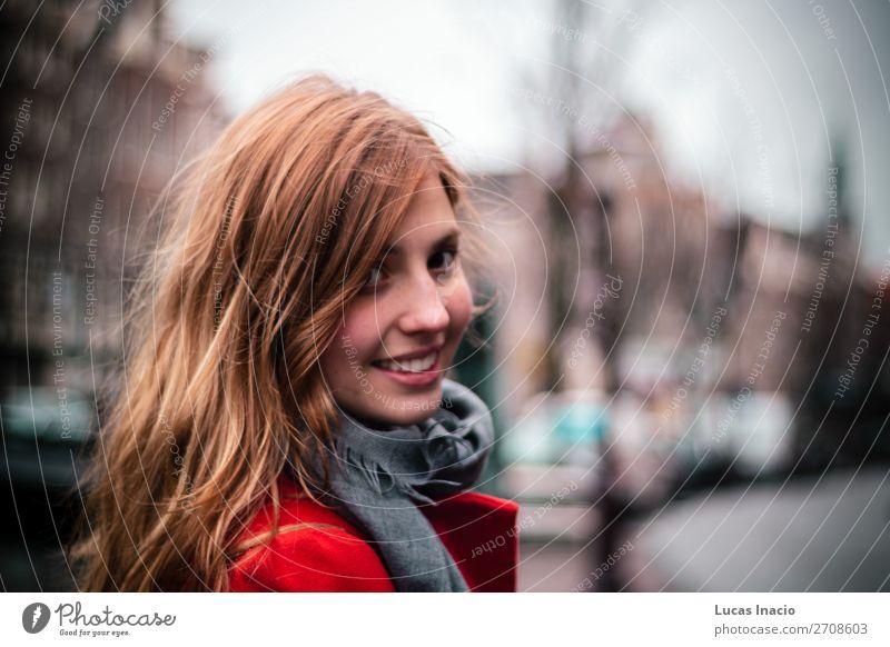 Mädchen lächelnd in Amsterdam, Niederlande Ferien & Urlaub & Reisen Tourismus Winter Haus Büro Business Frau Erwachsene Wolken Stadtzentrum Hochhaus Gebäude
