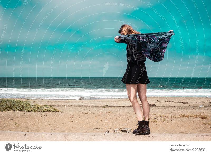 Hübsches Mädchen, das vor dem Strand in Kalifornien spazieren geht. Ferien & Urlaub & Reisen Tourismus Sommer Meer Frau Erwachsene Umwelt Natur Landschaft Sand