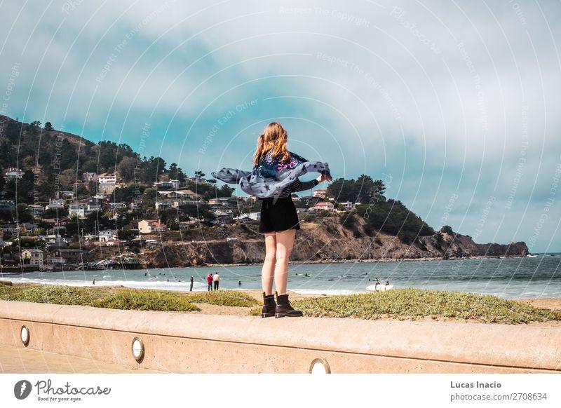 Hübsches Mädchen, das vor dem Strand in Kalifornien spazieren geht. Ferien & Urlaub & Reisen Tourismus Sommer Meer Berge u. Gebirge Frau Erwachsene Umwelt Natur