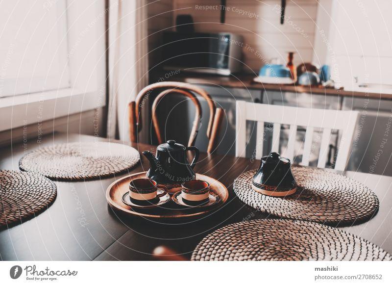 rustikale Küche in Braun- und Grautönen im modernen Bauernhaus Frühstück Kaffee Stil Design Haus Dekoration & Verzierung Möbel Stuhl Tisch Dorf Hütte Holz