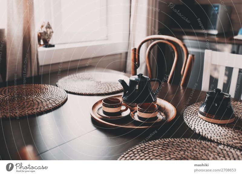 rustikale Küche in Braun- und Grautönen Frühstück Kaffee Stil Design Haus Dekoration & Verzierung Möbel Stuhl Tisch Dorf Hütte Holz dunkel modern natürlich