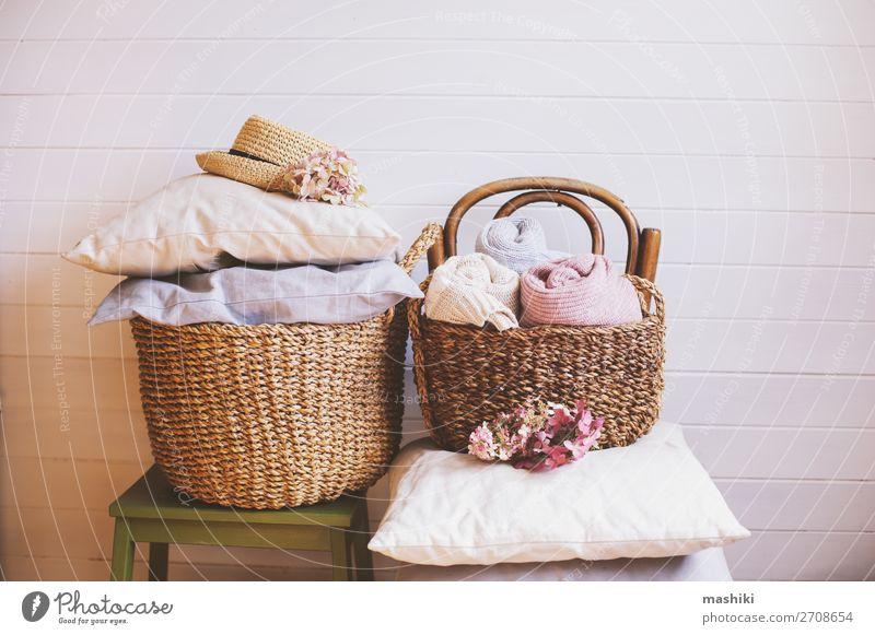 gemütliche Stilleben-Innenausstattung. Organisieren von Kleidung Kaffee Lifestyle Design Haus Dekoration & Verzierung Herbst Wärme Blume Sammlung ästhetisch